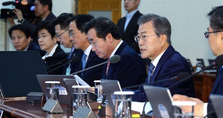 President Moon Jae-in, second from right, speaks during a Cabinet meeting at Cheong Wa Dae, Tuesday. Moon expressed concern over missing the Monday deadline to revise a referendum law for the constitutional revision in tandem with the June 13 local elections. / Yonhap