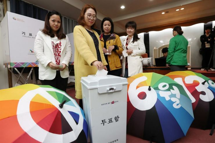 Immigrants participate in a mock poll organized by an election office in Busan, Monday, in preparation for the June 13 local elections. / Yonhap