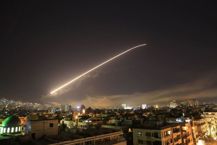 Damascus sky lights up with air missile fire as the U.S. launches an attack on Syria targeting different parts of the Syrian capital Damascus, Syria, early Saturday, April 14. Syria's capital has been rocked by loud explosions that lit up the sky with heavy smoke as U.S. President Donald Trump announced airstrikes in retaliation for the country's alleged use of chemical weapons. / AP-Yonhap