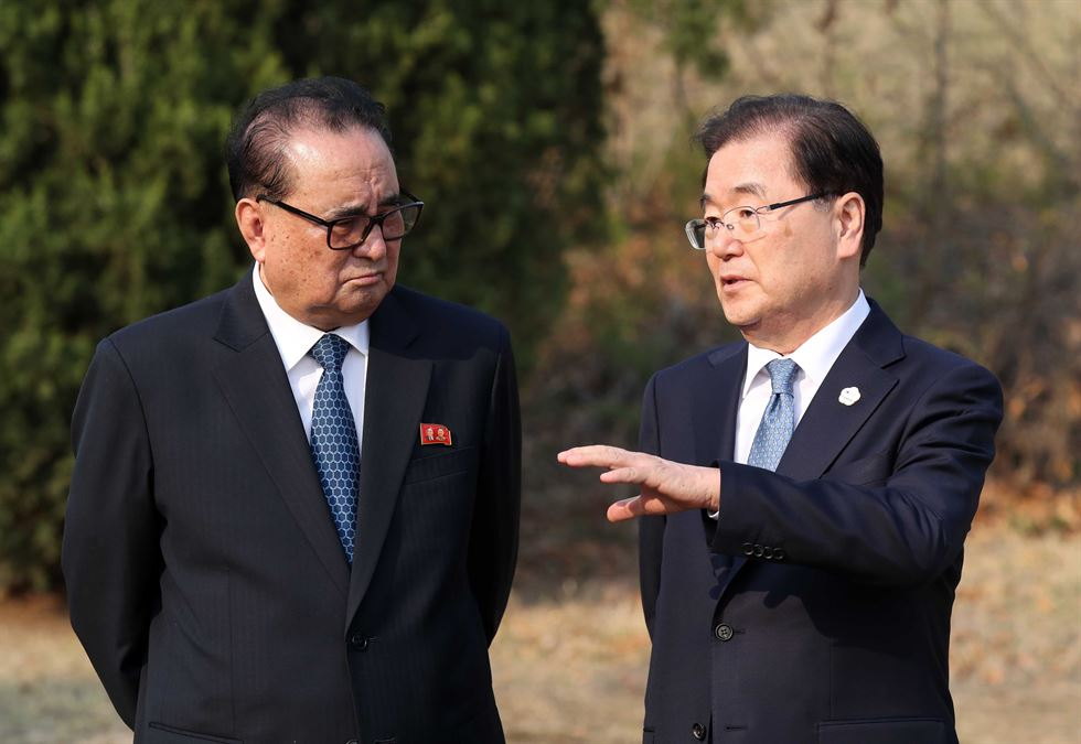 Suh Hoon, left, chief of South Korea's national intelligence agency, wipes away tears as the leaders of the two Koreas announce the 'Panmunjeom Declaration.' Suh played a key role in arranging the inter-Korean summit. / Joint Press Corps