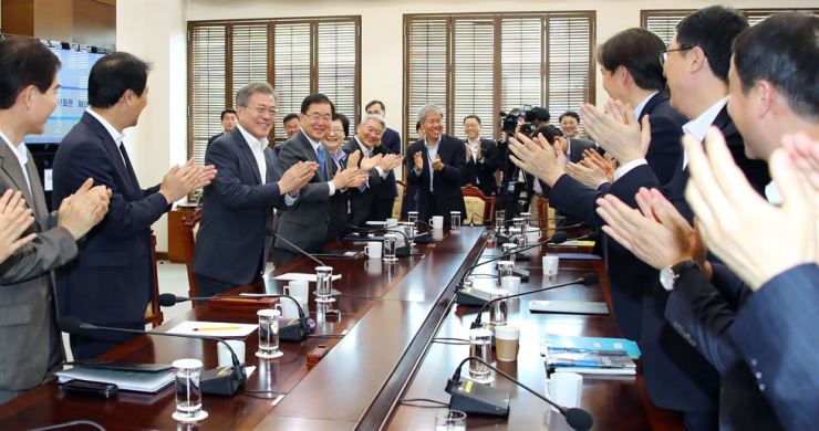 Presidential secretaries applaud as President Moon Jae-in enters a meeting at Cheong Wa Dae, Monday, in celebration of a meaningful outcome at Friday's inter-Korean summit and in appreciation of Moon and his staff's efforts. / Yonhap
