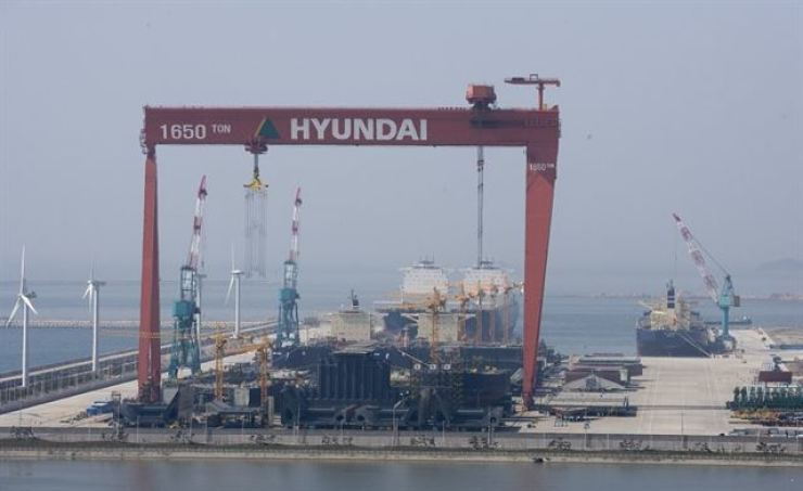 Hyundai Heavy Industries' shipyard in Gunsan, North Jeolla Province, is seen in this file photo. Analysts say that shipbuilders will benefit from rising oil prices. / Korea Times file