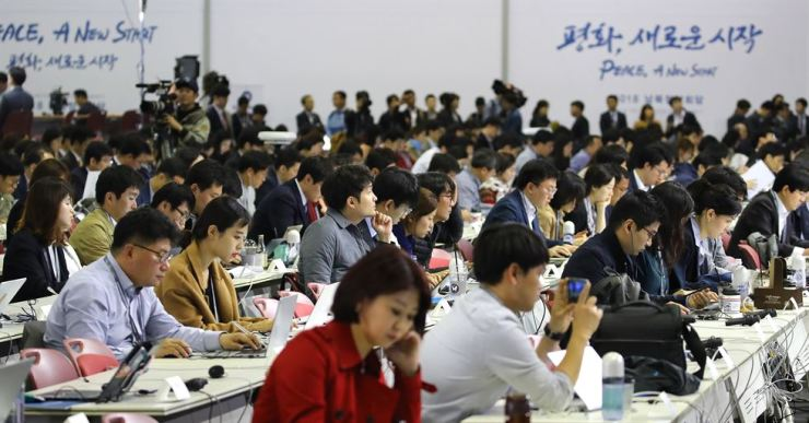 Reporters take part in a press briefing at KINTEX, Goyang, Gyeonggi Province, Thursday, one day before the inter-Korean summit. / Yonhap