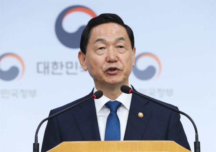Education Minister Kim Sang-gon is announcing major revisions of the college entrance examination system at the government complex in Seoul, Wednesday. Yonhap