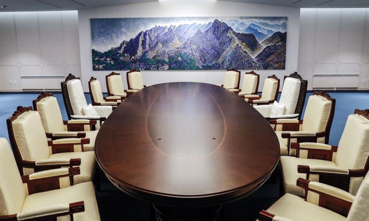 The meeting room for the historic April 27 summit between South Korean President Moon Jae-in and North Korean leader Kim Jong-un was unveiled Wednesday. / Yonhap