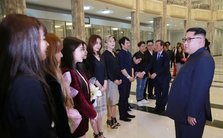 North Korean leader Kim Jong-un speaks with South Korean musicians after their 'Spring Comes' concert at the East Pyongyang Grand Theatre, Sunday. The art group from the South will stay there for three days from Sunday for the inter-Korean cultural engagement. / Yonhap