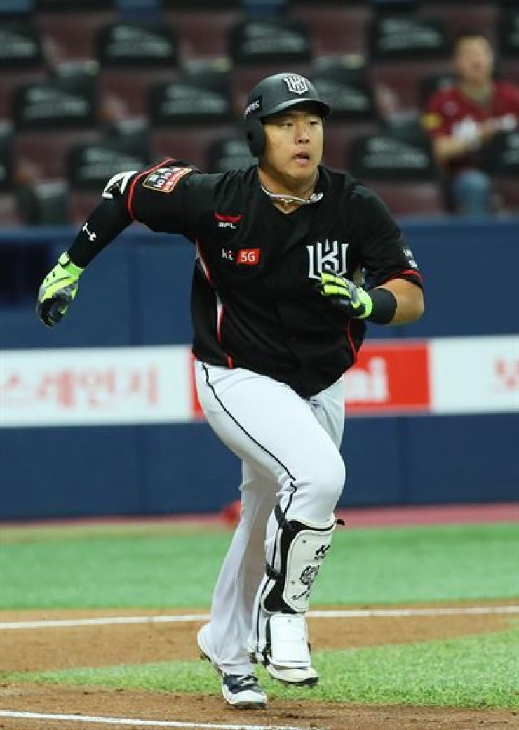 KT Wiz outfielder Kang Baek-ho runs to first base after making a hit in a game against the Nexen Heroes, Tuesday. / Yonhap