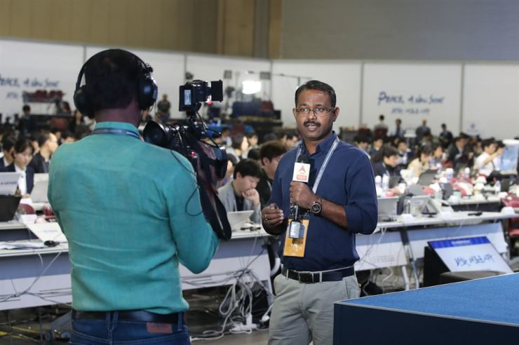 A foreign journalist prepares a report at the main press center of KINTEX convention center in Goyang, Gyeonggi Province, Thursday. / Yonhap