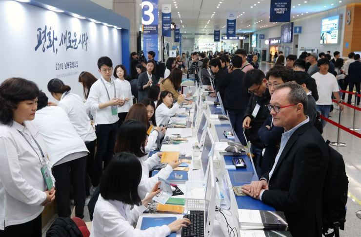 Local and foreign journalists register at KINTEX in Goyang, Gyeonggi Province, Wednesday, to cover the inter-Korean summit. / Yonhap