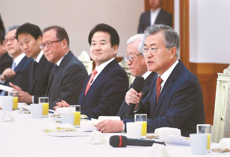 President Moon Jae-in speaks during a meeting with advisers to former liberal presidents on inter-Korean issues, at Cheong Wa Dae, Thursday. The 21 former officials, who played roles in the 2000 and 2007 inter-Korean summits, are advising the Moon administration on the third summit slated for April 27. / Yonhap