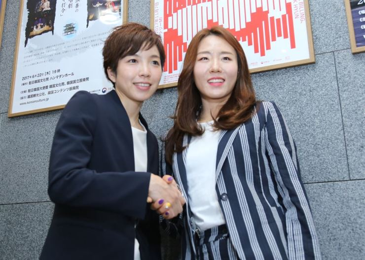 Lee Sang-hwa, right, and Nao Kodaira. The two top speed skaters attended a talk show Thursday about how Tokyo can emulate the success of the PyeongChang Games in 2020. / Yonhap