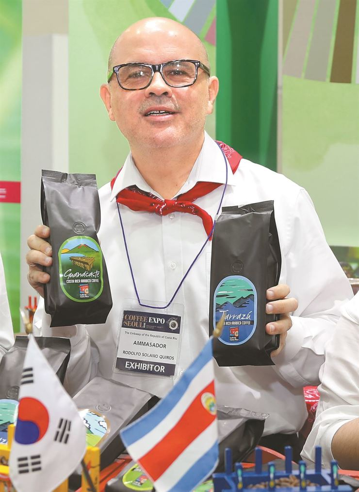Costa Rican Ambassador to Korea Rodolfo Solano Quiros holds bags of Costa Rica-grown coffee beans during the opening ceremony of Coffee Expo 2018 at COEX in Samseong-dong, southern Seoul, Thursday. Coffee producers and exporters from Costa Rica showcased various types of Costa Rican coffee and presented their sustainable production methods during the four-day trade show that ended on Sunday. The Costa Rican Embassy to Seoul jointly organized the event with Costa Rican Coffee and Costa Rican Foreign Trade Promoter and Procomer. Costa Rica accounts for 4.5 percent of all coffee supplied to Korea. / Yonhap