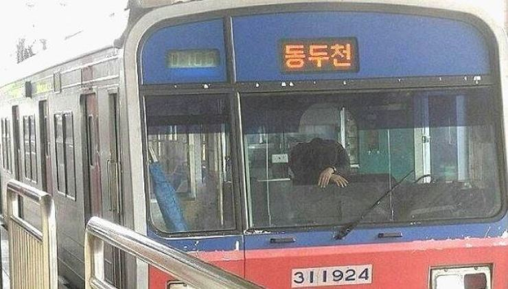 Indelible horror: A driver who saw a woman throw herself in front of his train slouches over the control panel at Oryu-dong Station in Guro-gu, Seoul, April 26. / Courtesy of Naver blog