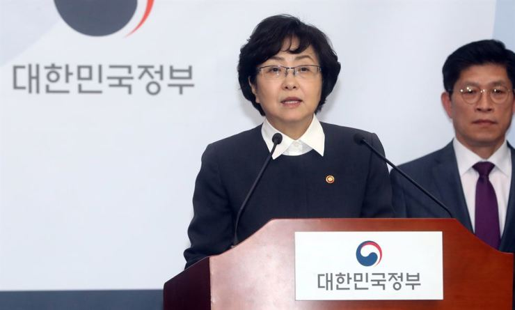 Kim Eun-kyung, environment minister, at the Sejong Government Complex Thursday, announcing comprehensive countermeasures to tackle the nation's increasing plastic waste. Yonhap
