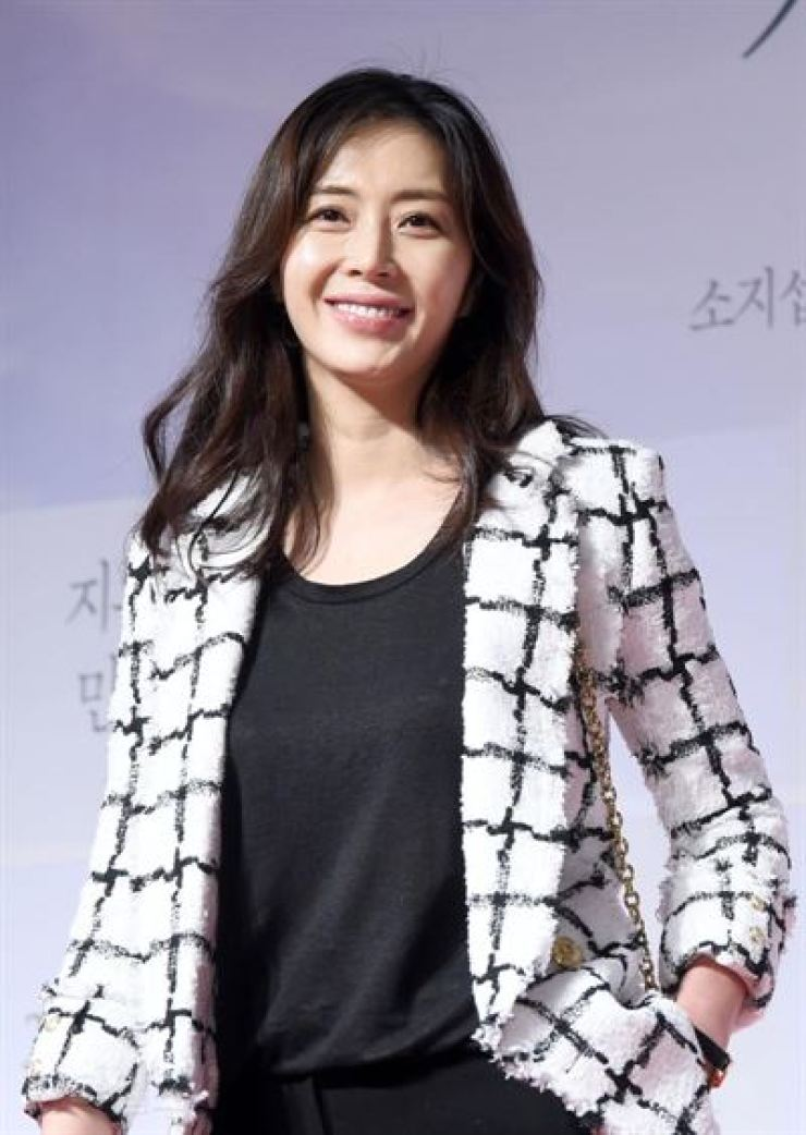 Actress Song Yun-ah plays psychiatrist in the SBS TV series 'Secret Mother.' / Korea Times file