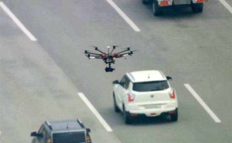 South Jeolla Province police put the traffic monitoring drones to use on the 103km route from Gwangju to Nonsan / Yonhap