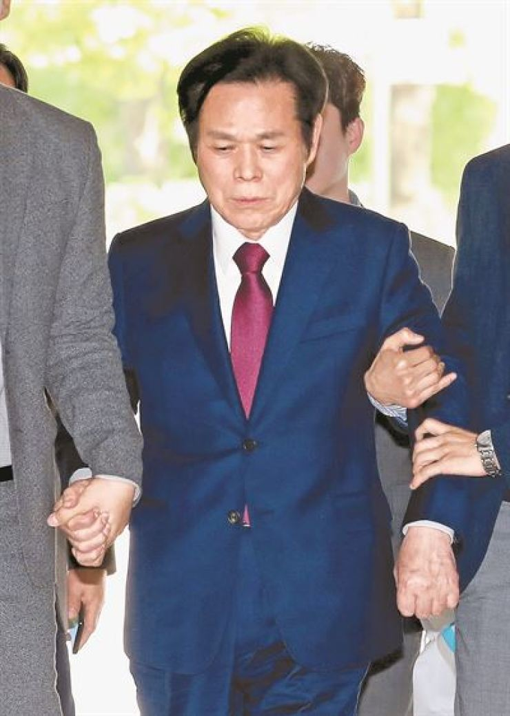Manmin Central Church pastor Lee Jae-rock enters the Seoul Central District Court in southern Seoul, May 3, to answer questions from a judge reviewing a request for a warrant for his arrest. / Yonhap