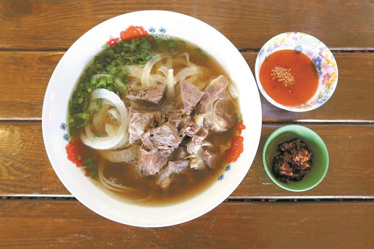 Lao Piak's beef tendon noodles with homemade chili sauce / Korea Times photo by Yun Suh-young