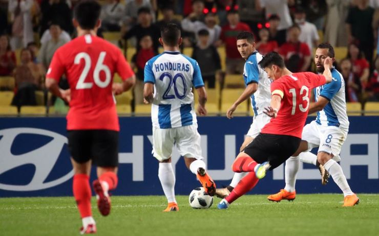 Korea's Son Heung-min (13) scores a goal during a friendly match against Honduras at Daegu Stadium, Monday. Korea won the game 2-0. / Yonhap