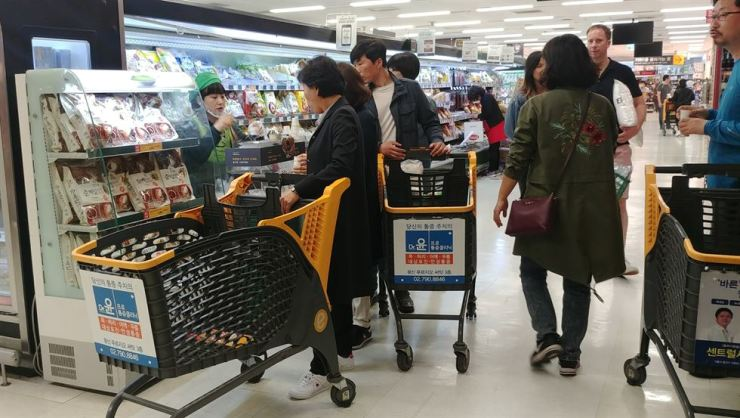 Customers taste cold noodles at E-mart in Seoul, Tuesday. Discount stores and other retailers are enjoying brisk sales of cold noodles after the leaders of the two Koreas dined on the dish last Friday. / Korea Times photo by Jung Da-min
