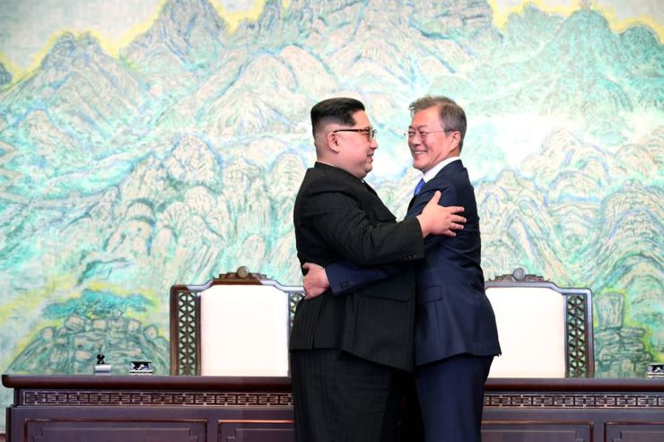 President Moon Jae-in and North Korean leader Kim Jong-un hug each other after signing the Panmunjeom Declaration, Friday, against a backdrop of Mount Bukhan. / Yonhap