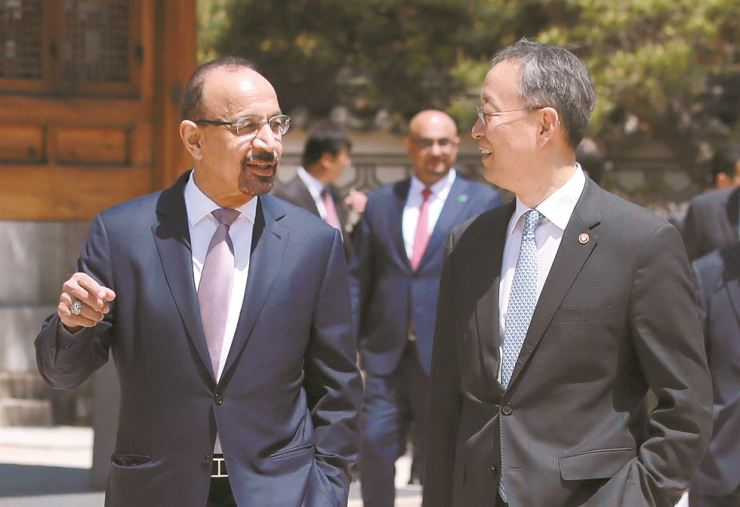 Trade, Industry and Energy Minister Paik Un-gyu, right, talks with Saudi Arabia's Energy Minister Khalid Al-Falih, left, at a meeting held in Seongbuk-dong, northern Seoul, Friday. / Courtesy of the Ministry of Trade, Industry and Energy