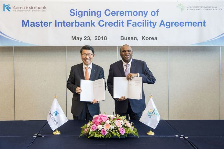 Korea Eximbank Chairman Eun Sung-soo, left, poses with African Export-Import Bank CEO and President Benedict Okey Oramah during a signing ceremony to conclude a credit facility agreement worth about $200 million at BEXCO in Busan, Wednesday. / Courtesy of Export-Import Bank of Korea
