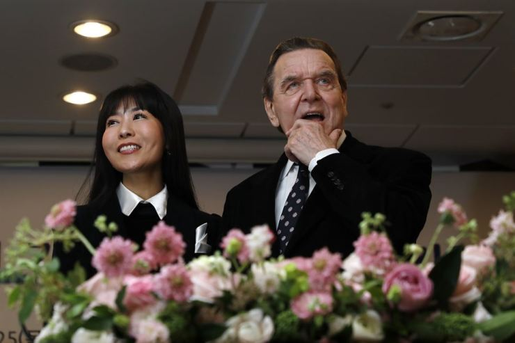 Interpreter Kim So-yeon and former German Chancellor Gerhard Schroder hold a press conference at the Press Center in Seoul, Jan. 25. / Korea Times photo by Shim Hyun-chul