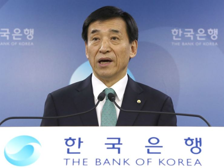 Bank of Korea Governor Lee Ju-yeol responds to a question after the country's central bank left its benchmark rate unchanged at 1.5 percent in April, in this file photo. Korea Times file