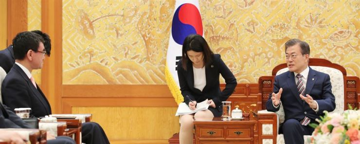 South Korean President Moon Jae-in, right, talks to Japanese Foreign Minister Taro Kono at Cheong Wa Dae, Thursday. Yonhap