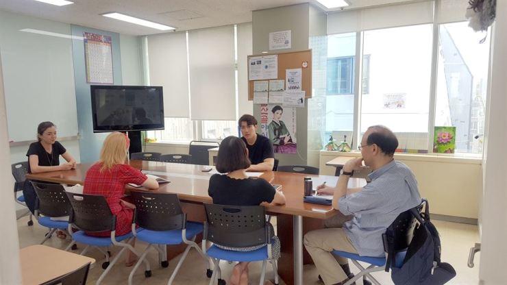 Foreigners learn English at a Sasaro class. Sasaro is a non-profit educational organization that provides free English classes for foreigners. Courtesy of Sasaro