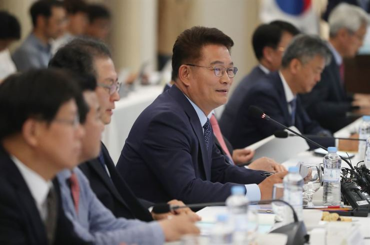 Song Young-gil, chairman of the Presidential Committee on Northern Economic Cooperation, speaks during a meeting to announce a roadmap for joint economic projects with North Korea, Russia and China, at the Korea Press Center in Seoul, Monday. / Yonhap