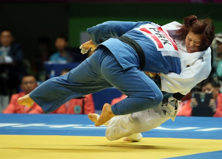 South Korea's Jeong Gyeong-mi, right, and North Korean Sol Kyong compete in the women's half-heavyweight judo event in the 2014 Incheon Asian Game on Sep. 22. Korea Times file