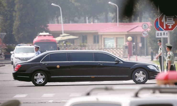 A limousine presumably carrying North Korean leader Kim Jong-un leaves Beijing Capital International Airport, Tuesday, when Kim visited the country to meet Chinese President Xi Jinping. / Yonhap