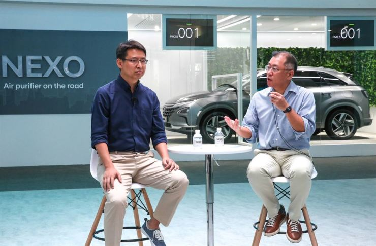Hyundai Motor Vice Chairman, right, and DeepGlint CEO Yong Zhao announce the two companies' strategic partnership during the 2018 Consumer Electronics Show Asia at the Shanghai New International Expo Center, Wednesday. / Courtesy of Hyundai Motor