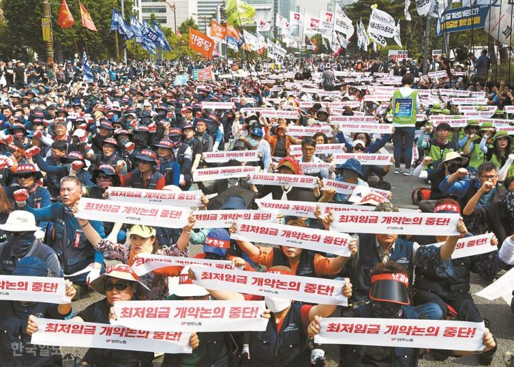 Labor union members hold a rally protesting changes in minimum wage calculation at the National Assembly on May 28. / Korea Times photo by Hong In-ki