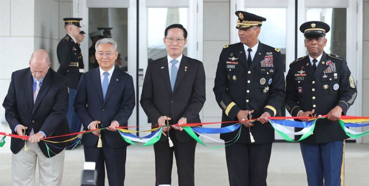 South Korean Defense Minister Song Young-moo, center, and United States Forces Korea (USFK) commander General Vincent Brooks, second from right, cut a tape during a relocation ceremony for the new USFK headquarters at Camp Humphreys in Pyeongtaek, Gyeonggi Province, Friday. / Yonhap