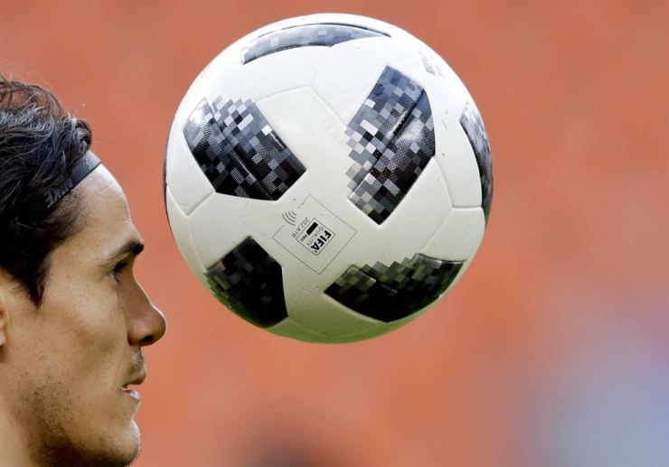 Uruguay's Edinson Cavani controls a ball during Uruguay's official training on the eve of the group A match between Egypt and Uruguay at the 2018 soccer World Cup in the Yekaterinburg Arena in Yekaterinburg, Russia, Thursday, June 14, 2018. / AP