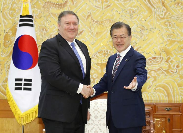 President Moon Jae-in shakes hands with U.S. Secretary of State Mike Pompeo at Cheong Wa Dae, Thursday. Pompeo briefed Moon on the outcome of the recent Washington-Pyongyang summit. / Yonhap