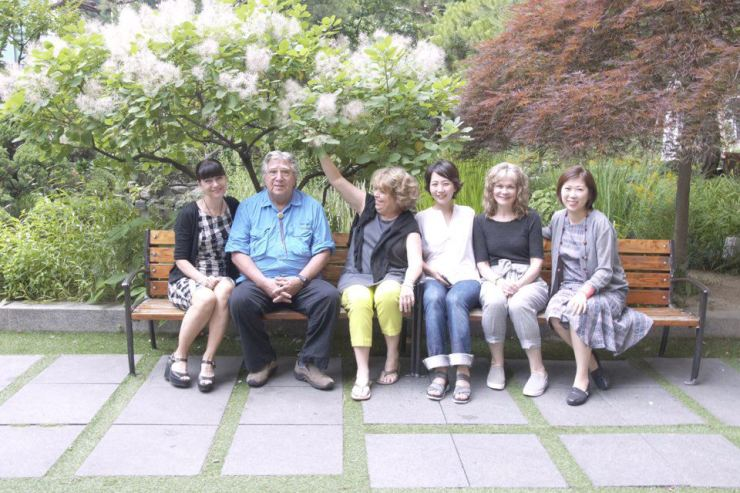 Six artists for the DMZ exhibition at the Summerset Palace Hotel in Seoul. From left are Trine Bumiler, George Rivera, Jane Mchan, Sammy lee, Sandy Lane and Woo Ju-yeon. Korea Times photo by Kang Aa-young