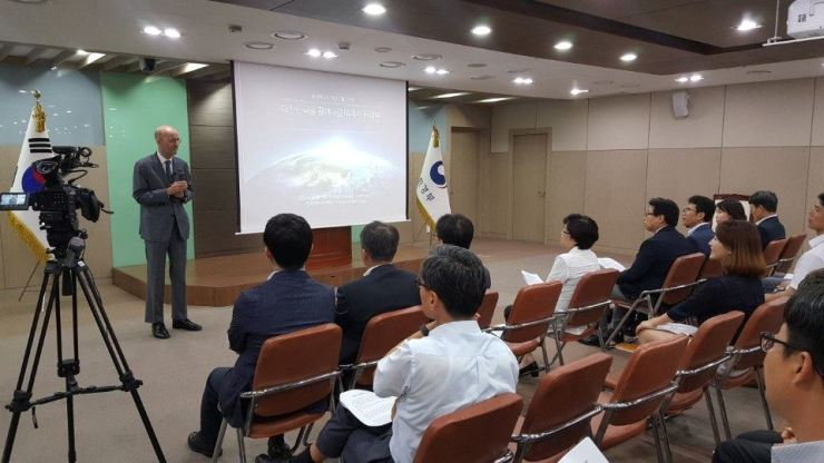 Emanuel Pastreich speaks to environment ministry officials at the Sejong government complex on July 27.