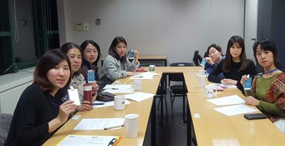 Foreign residents, mostly migrants who settled here after marrying a Korean spouse, learn English at Yeoksam Global Village Center in southern Seoul, July 19. / Courtesy of Sasaro