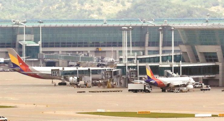 Planes of Asiana Airlines are parked at Incheon International Airport. / Korea Times file