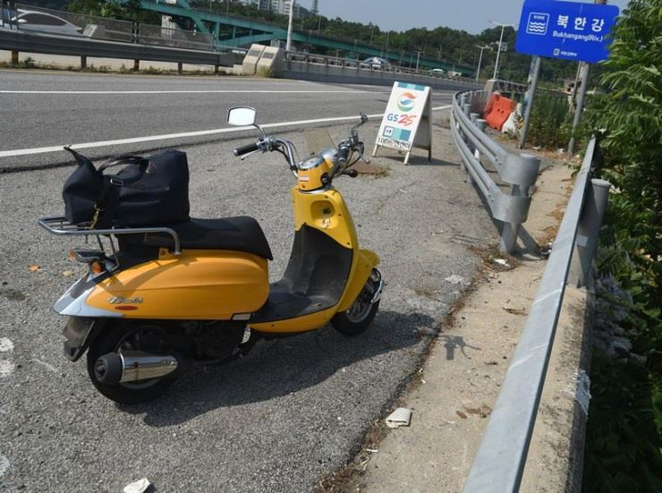 Parked at the side of the road on the way up to Cheorwon, Gangwon Province / Image by Jon Dunbar