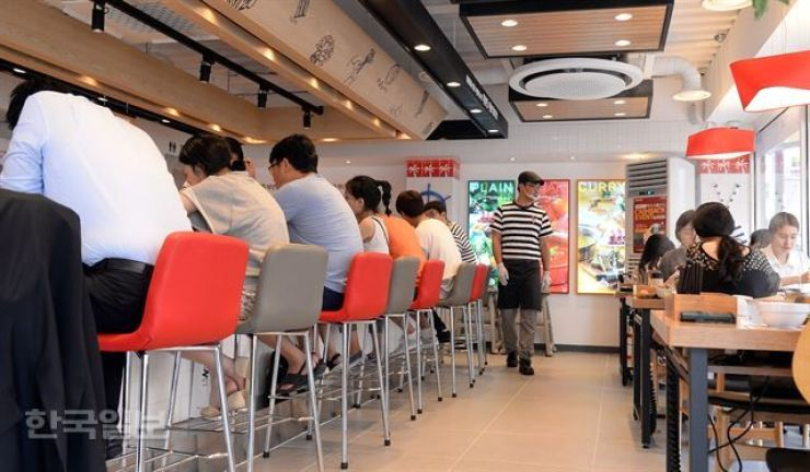 Customers have lunch at a restaurant in Daehangno, Seoul, in this file photo. As many restaurants have raised prices following the minimum wage hike, salaried workers are refraining from eating out for lunch. / Korea Times photo by Bae Woo-han