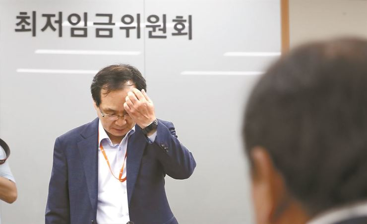 Ryu Jang-soo, chairman of the Minimum Wage Council, holds a plenary session to set the 2019 minimum wage at the Sejong government complex, Wednesday. Yonhap