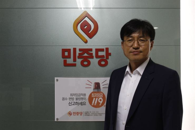 Minjung Party co-leader Jung Tae-heung poses after having an interview with The Korea Times at party headquarters on Yeouido, Wednesday. / Korea Times photo by Park Ji-won