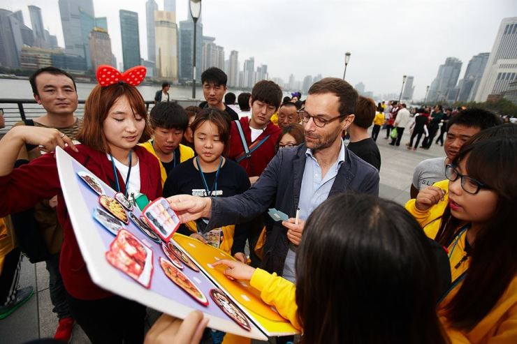 Students, who take part in a global cultural experience program to Shanghai, China, supported by Mirae Asset Daewoo, pose in this Oct. 24, 2015 file photo. / Courtesy of Mirae Asset Daewoo