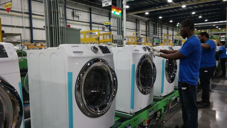 Employees of Samsung Electronics appliance manufacturing factory in Newberry County, South Carolina, assemble washing machines, May 2018. Korea Times file