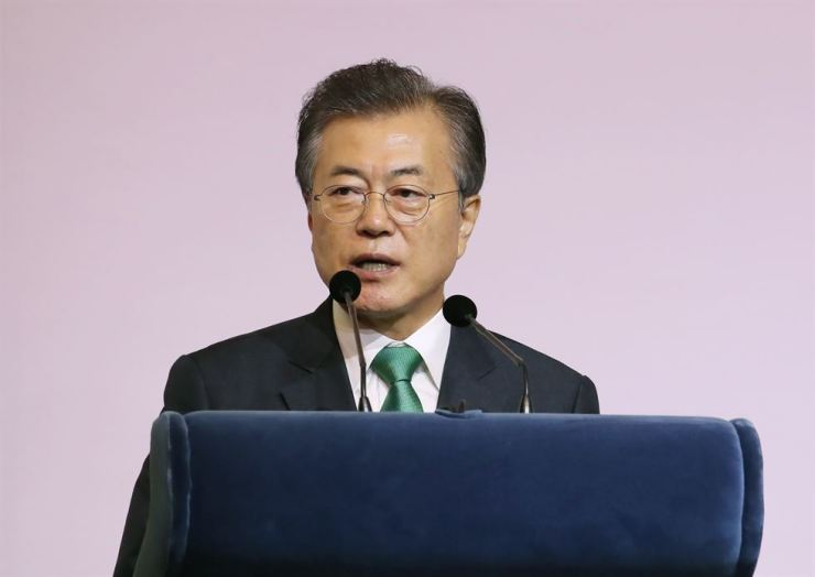 President Moon Jae-in speaks at Orchard Hotel in Singapore, Friday. / Yonhap